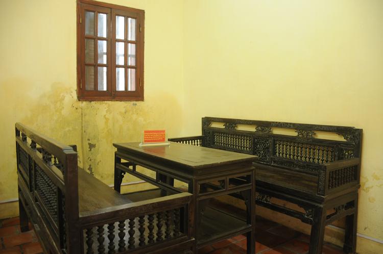Bộ bàn ghế Bác Hồ ngồi làm việc năm 1945 đến nay vẫn được gìn giữ nguyên vẹn. Ảnh: Viết Tuân.