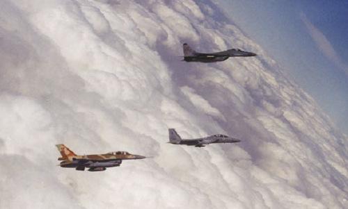 Tiêm kích MiG-29 (trên) và F-15, F-16 sau một trận đánh mô phỏng năm 1997. Ảnh: IAF.