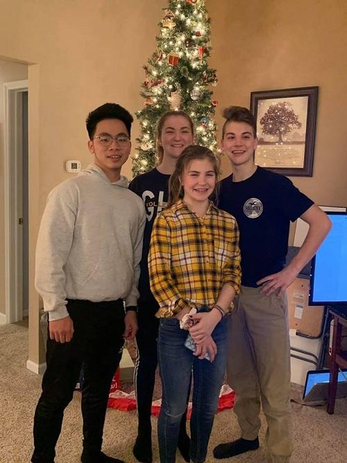 Học sinh Việt Nam và bạn bè quốc tế.