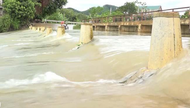 Nước lũ khiến nhiều tuyến đường ở huyện Thạch Thành bị chia cắt. Ảnh: Lam Sơn.