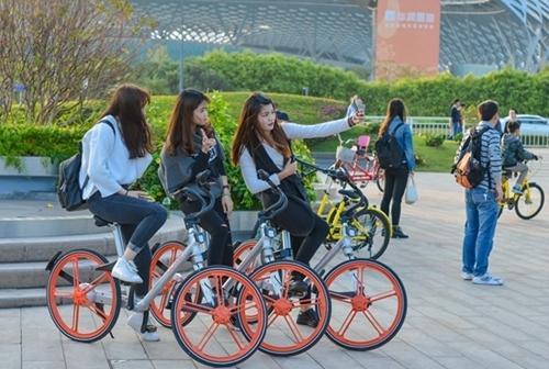 Ba cô gái sử dụng dịch vụ thuê xe đạp trong một công viên ở Thâm Quyến. Ảnh: Báo Thanh niên Trung Quốc.