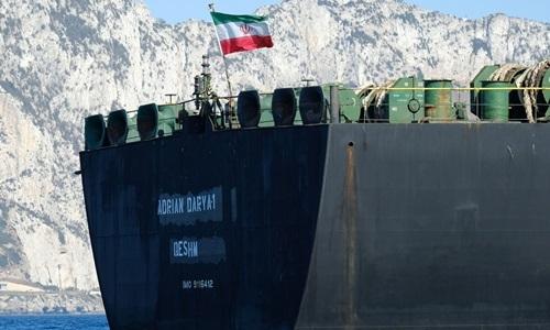 Tàu Adrian Darya 1 treo cờ Iran trên eo biển Gibraltar ngày 18/8. Ảnh: Reuters.