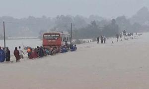 Ôtô chở 60 công nhân mắc kẹt giữa dòng nước lũ