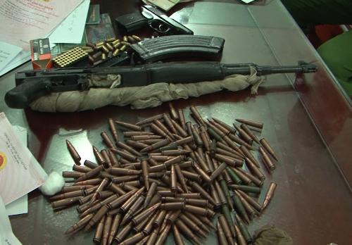 Cảnh sát thu giữ nhiều súng đạn tại nhà các nghi phạm. Ảnh: Bình Minh