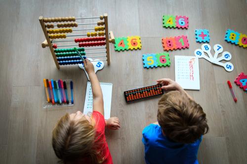 Việc sờ nắm những hình ảnh, khối vật thực tế sẽ giúp bé dễ dàng tiếp thu và hiểu các khái niệm Toán học hơn phương pháp học truyền thống.