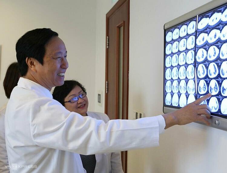 GS Nguyễn Thanh Liêm và cộng sự tại phòng hội chẩn.