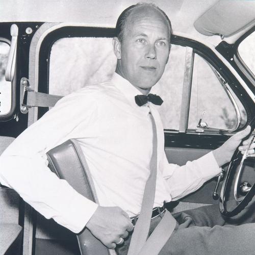 [Ảnh 1] Nils Bohlin, sử dụng sáng chế đai an toàn ba điểm. Ảnh: Volvo.