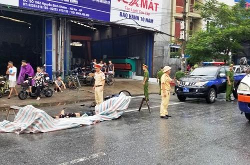 Va chạm với xe tải trên quốc lộ 5, Hải Phòng, nam thanh niên bị thương và sau gần 1 giờ mới được đưa đi cấp cứu. Ảnh: Giang Chinh