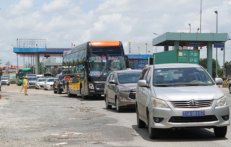 Ùn ứ xe tại trạm thu phí Thân Cửu Nghĩa (Tiền Giang). Ảnh: Hoàng Nam