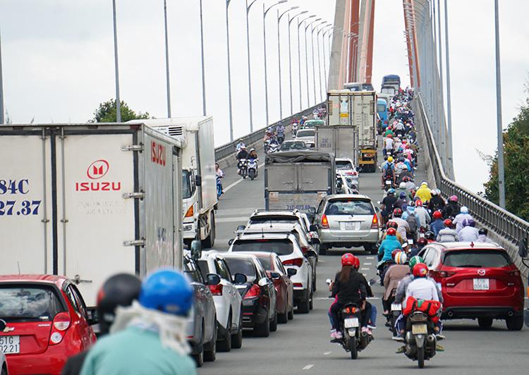 Xe máy, ôtô chen chúc nhau qua cầu Rạch Miễu. Ảnh: Hoàng Nam