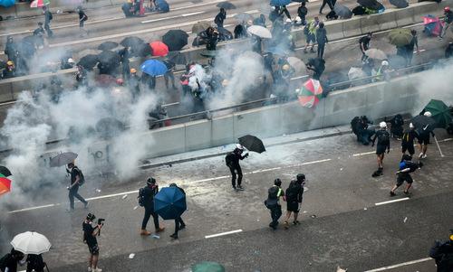Đám khói từ các quả đạn hơi cay nhằm giải tán người biểu tình chiều31/8. Ảnh: AFP.