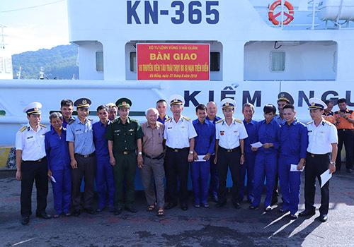Các thuyền viên tàu Thái Thuỵ 88 trong vòng tay của kiểm ngư, hải quân Vùng 3. Ảnh: Nguyễn Đông.