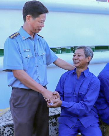 Ông Nguyễn Ngọc Mười cảm ơn lực lượng kiểm ngư tham gia ứng cứu mình cùng các bạn tàu. Ảnh: Nguyễn Đông.