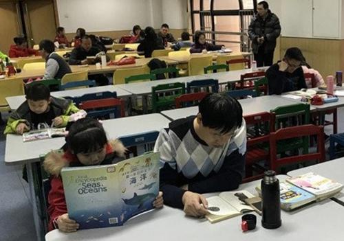 Phụ huynh Trung Quốc đang bắt con học thêm quá nhiều. Ảnh: SCMP