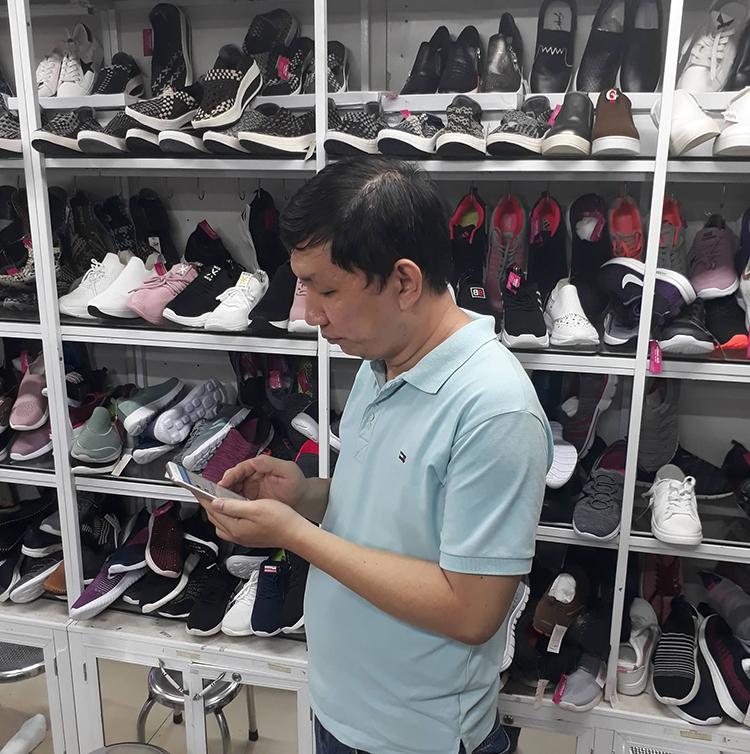Anh Lý Quốc Bình và hàng giày dép.