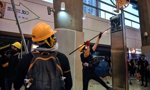 Người biểu tình đập phá cơ sở vật chất tại ga tàu điện Tung Chung, Hong Kong, ngày 1/9. Ảnh: AFP.
