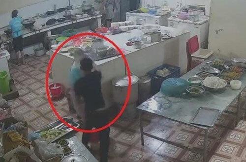 Cảnh cầm cốc axít hắt vào mặt chị Bùi tại khu vực bếp của trạm dừng nghỉ.