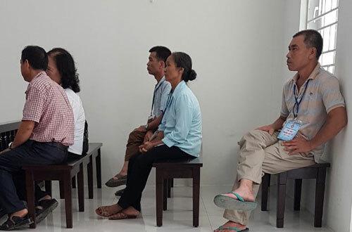 Bà Liên (áo xanh, ngồi hàng ghế giữa) tại phiên tòa sơ thẩm.