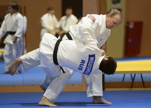 Tổng thống Nga Vladimir Putin (đứng) đấu với một võ sĩ judo Nga tháng 1/2016. Ảnh: Sputnik.