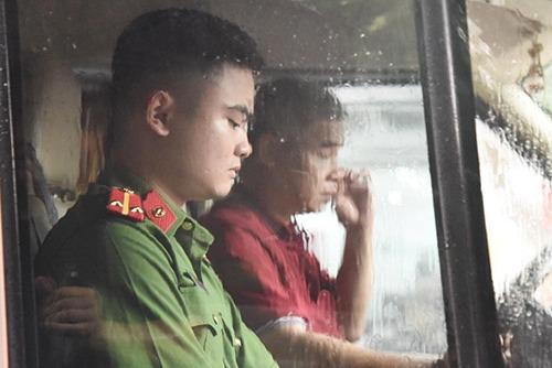 Tài xế Phiến (áo đỏ) trong buổi thực nghiệm hiện trường. Ảnh: Phạm Dự.