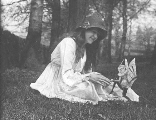 Elsie và thần lùn tại Anh năm 1919. Ảnh: Wiki.