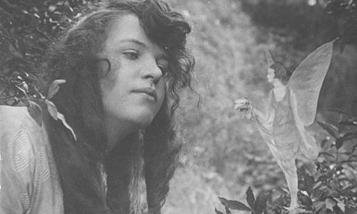 Elsie và nàng tiên tại Anh tháng 8/1920. Ảnh: Wiki.