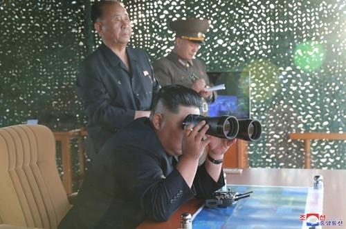 Bức ảnh do KCNA công bố ngày 25/8 cho thấy lãnh đạo Kim Jong-un đang theo dõi một vụ phóng tên lửa. Ảnh: KCNA