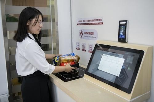 Một khách hàng thanh toán trong siêu thị  IFuree ở Thiên Tân hôm 21/8. Ảnh: AFP.