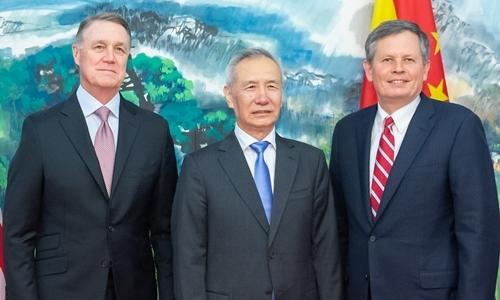 Phó thủ tướng Trung Quốc Lưu Hạc (giữa), thượng nghị sĩ David Perdue (trái) và Steve Daines tại Bắc Kinh ngày 3/9. Ảnh:Xinhua.