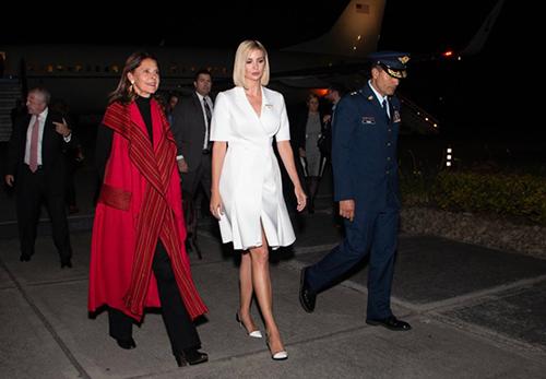 Ivanka và phó tổng thống ColombiaMarta Lucia Ramirez (áo đỏ) khi đến thủ đô Bogota hôm 2/9. Ảnh: Twitter Ivanka