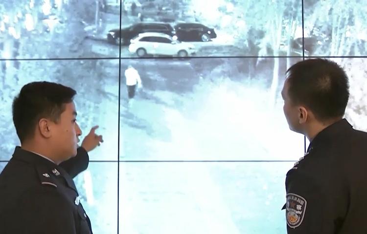 Nghi can cướp giật mặc áo trắng. Ảnh: CCTV.