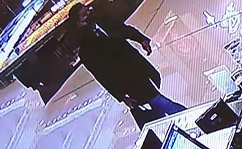 Khuê là kẻ phụ trách lấy thẻ tín dụng mang bán lấy vàng. Ảnh: CCTV.