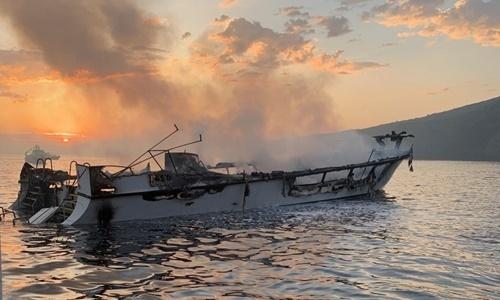 Xác tàu Conception trước khi chìm ngoài khơi đảo Santa Cruz, bang California, Mỹ, ngày 2/9. Ảnh:  Ventura County Fire Department.