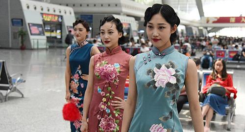 Các cô gái diện sườn xám ở ga đường sắt Hồng Kiều, Thượng Hải năm ngoái. Ảnh: China Daily