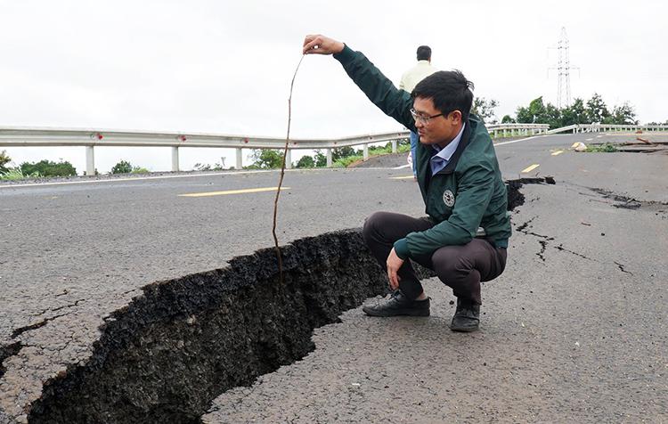 Vết nứt rộng khoảng nửa mét, sâu hơn nửamét. Ảnh: Trần Hóa.
