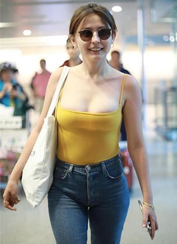 Trang phục gây tranh cãi của nữ diễn viên người Kazakh Nhiệt Y Trát tạisân bay Thượng Hải hồi cuối tháng 7. Ảnh: Weibo