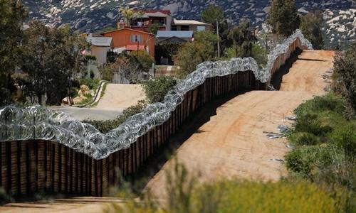 Một đoạn hàng rào biên giới tại bang California, Mỹ. Ảnh: Reuters.