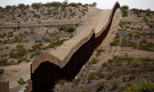 Một đoạn hàng rào ở biên giới tại bang New Mexico, Mỹ. Ảnh: Reuters.