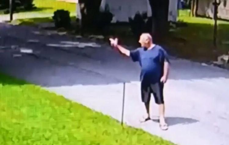 Stephen Kirchner giơ tay ra hiệu bắn súng về phía hàng xóm. Ảnh: CBS Philly.