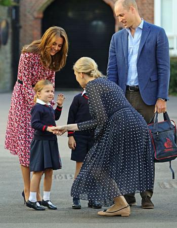 Gia đình hoàng gia được hiệu trưởng trường chào đón. Ảnh: Mirror