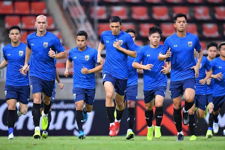 ... và các cầu thủ Thái Lan chuẩn bị trên sân tập ở Thammasat hôm qua. Ảnh: Goal.