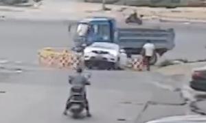 Cậu bé 6 tuổi lùi ôtô xuống hố