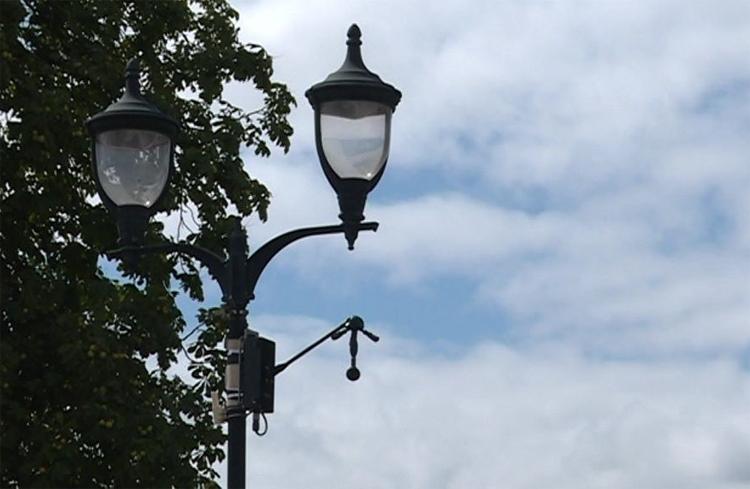 Thiết bị phát hiện tiếng ồn được lắp trên một cột đèn ở thị trấn ngoại ô Paris. Ảnh: France 3