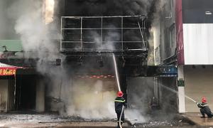 Cảnh sát giải cứu hai người mắc kẹt trong đám cháy