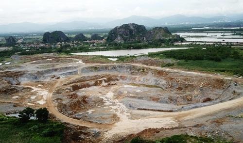 Khai trường khai thác đá âm trái phép do công ty xi măng Hải Phòng nổ mìn, bóc đá phục vụ sản xuất xi măng đã tạo thành 2 hố rộng tới 3ha, điểm sâu nhất-30m tại chân núi Áng Thị thuộc dãy núi đá vôi Tràng Kênh, Thủy Nguyên. Ảnh: Giang Chinh