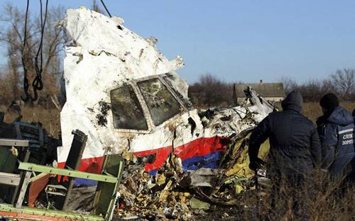 Mảnh vỡ buồng lái máy bay MH17 tại hiện trường ở miền đông Ukraine tháng 7/2014. Ảnh: Reuters.