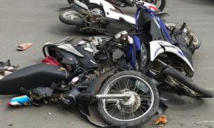 Mercedes tông hàng loạt xe máy, 4 người bị thương