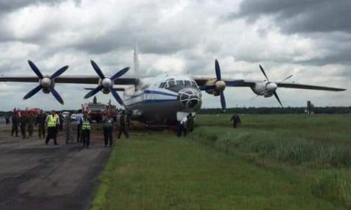 Chiếc Y-8 sau khi trượt khỏi đường băng sáng 5/9. Ảnh: MADA.