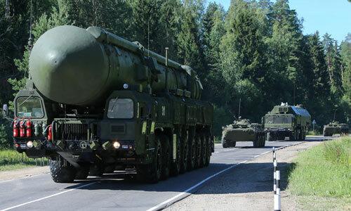 Tên lửa hạt nhân Yars (trước) và các xe thiết giáp hộ tống phía sau. Ảnh: Sputnik.