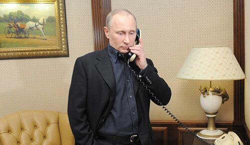 Putin thực hiện một cuộc điện đàm từ văn phòng ở Điện Kremlin năm 2017. Ảnh: Sputnik.